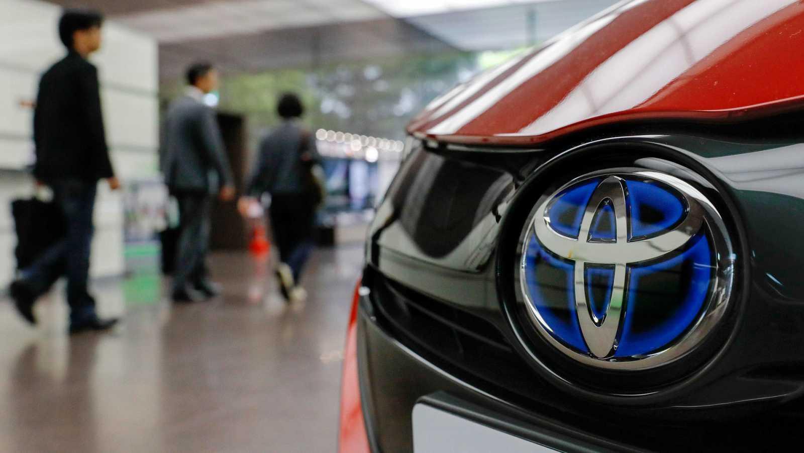 Clientes visitan un concesionario de Toyota en Tokio.