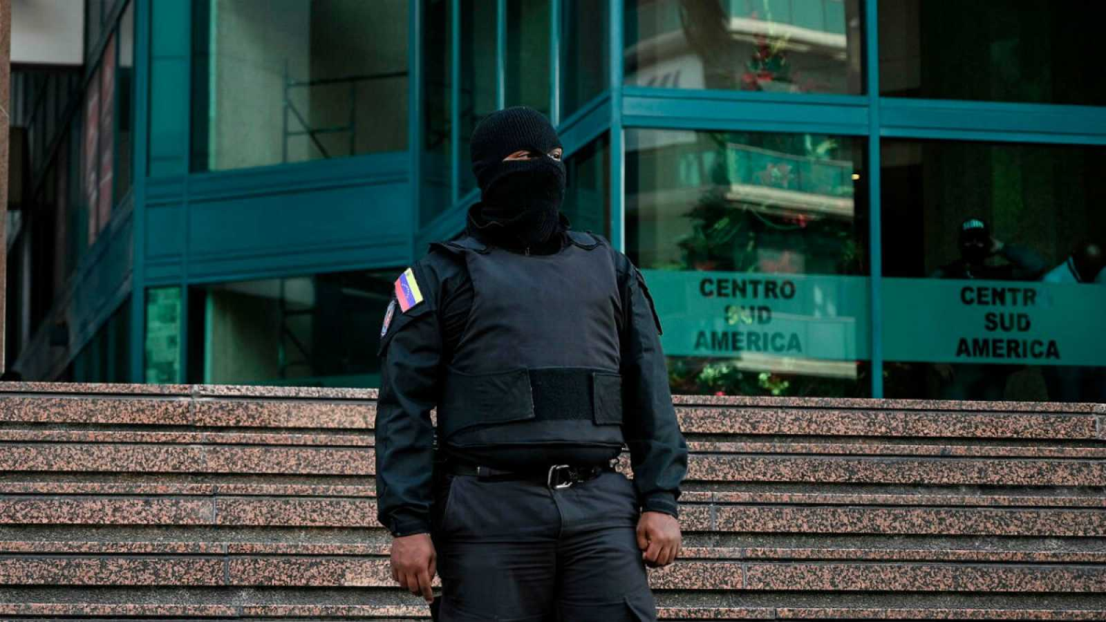 Un agente del Servicio Bolivariano de Inteligencia Nacional (SEBIN) delante del edificio en la que se encuentra la oficina de Juan Guaidó.