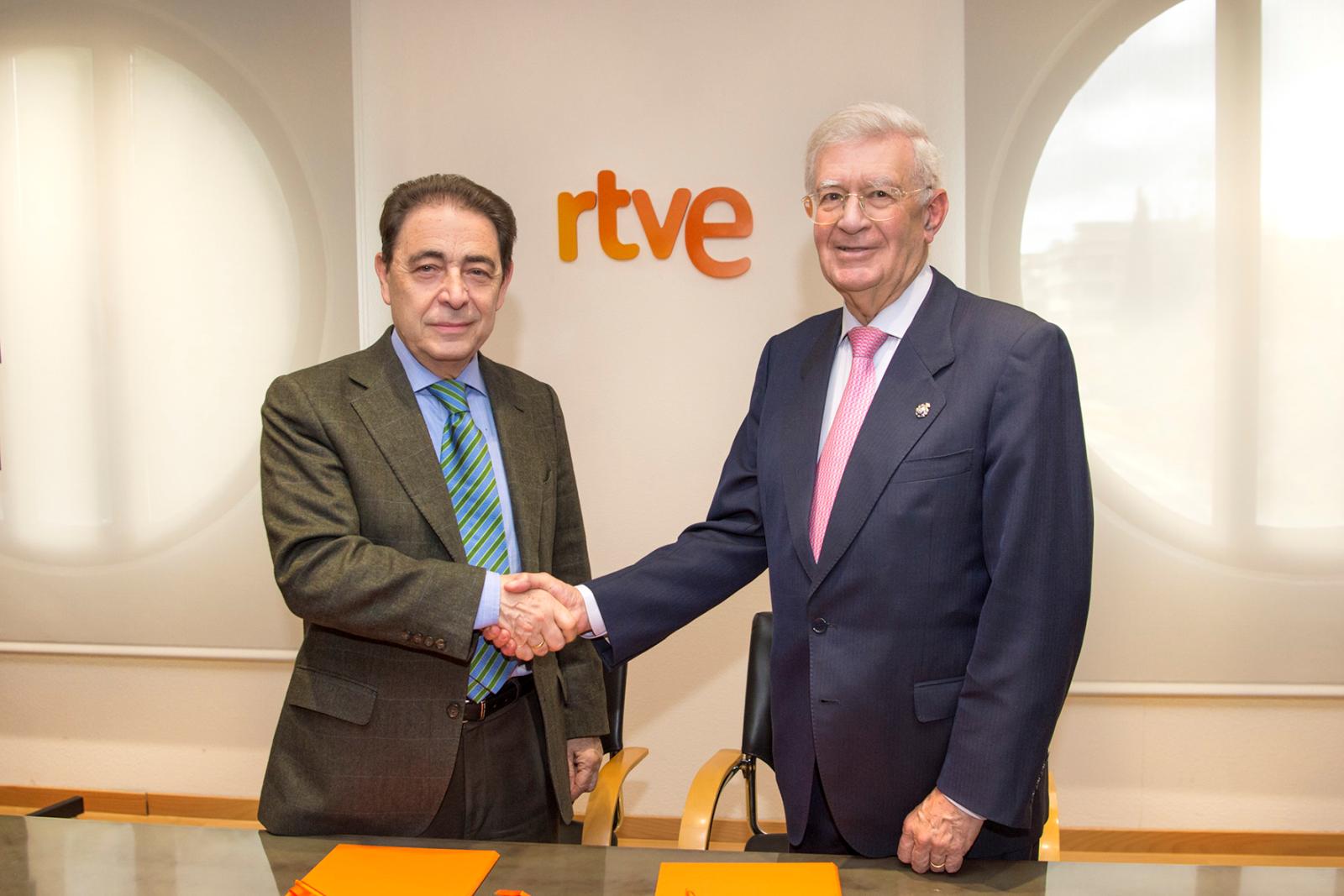 Federico Montero, director general corporativo de RTVE y Antonio Colino, presidente de la Real Academia de Ingeniería, renuevan el convenio entre RTVE y la Real Academia de Ingeniería