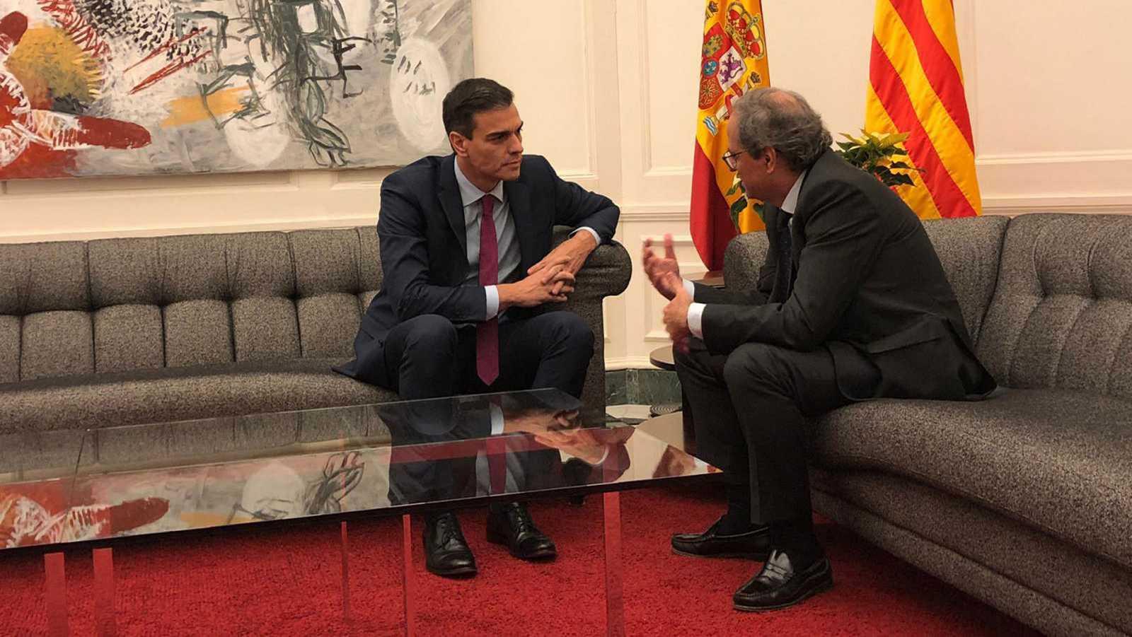 El presidente del Gobierno, Pedro Sánchez, charla con el presidente de la Generalitat, Quim Torra, en una imagen de archivo.