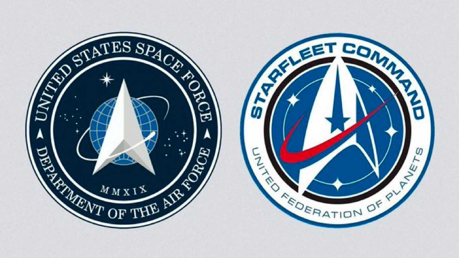El logo de las Fuerzas Espaciales de Estados Unidos (i) y el de la Flota Estelar de 'Star Trek' (d).