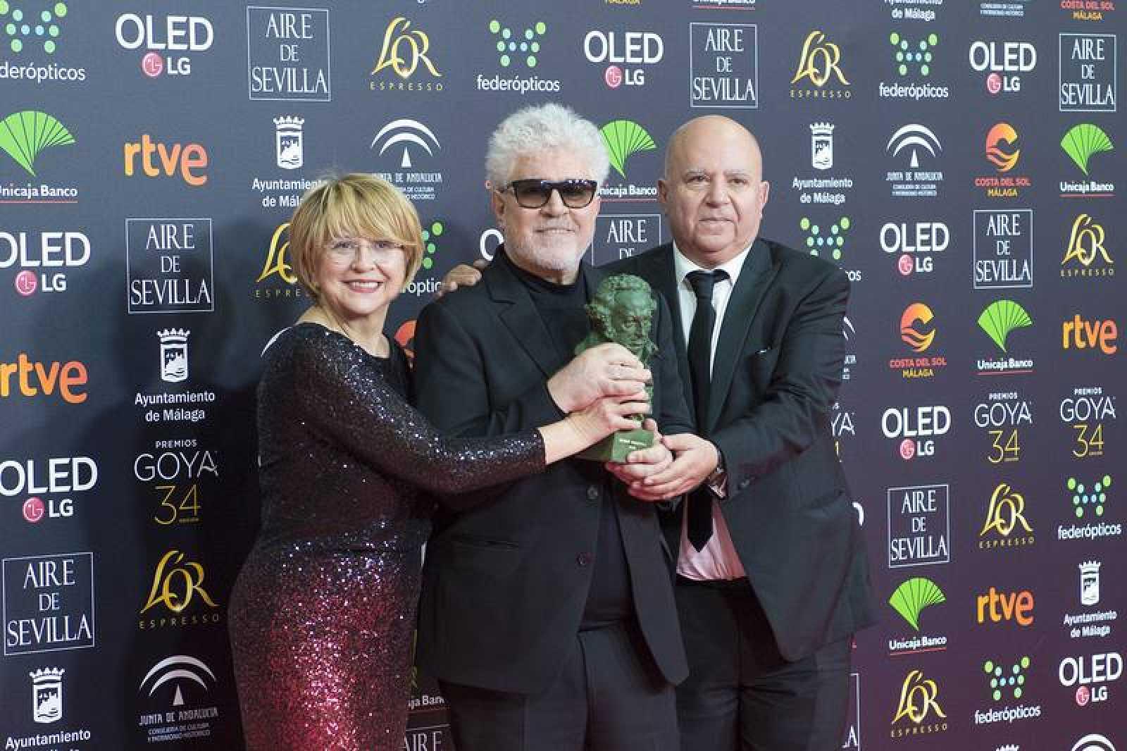'Dolor y gloria', mejor película: Almodóvar con su hermano Agustín y Esther García, productores