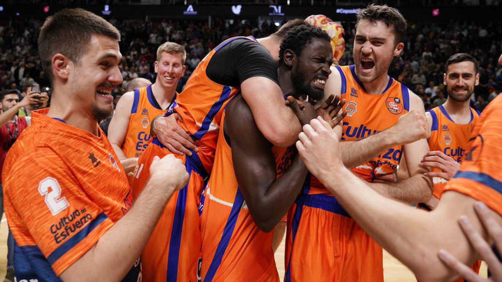 Los jugadores del Valencia Basket celebran el pase a semifinales.