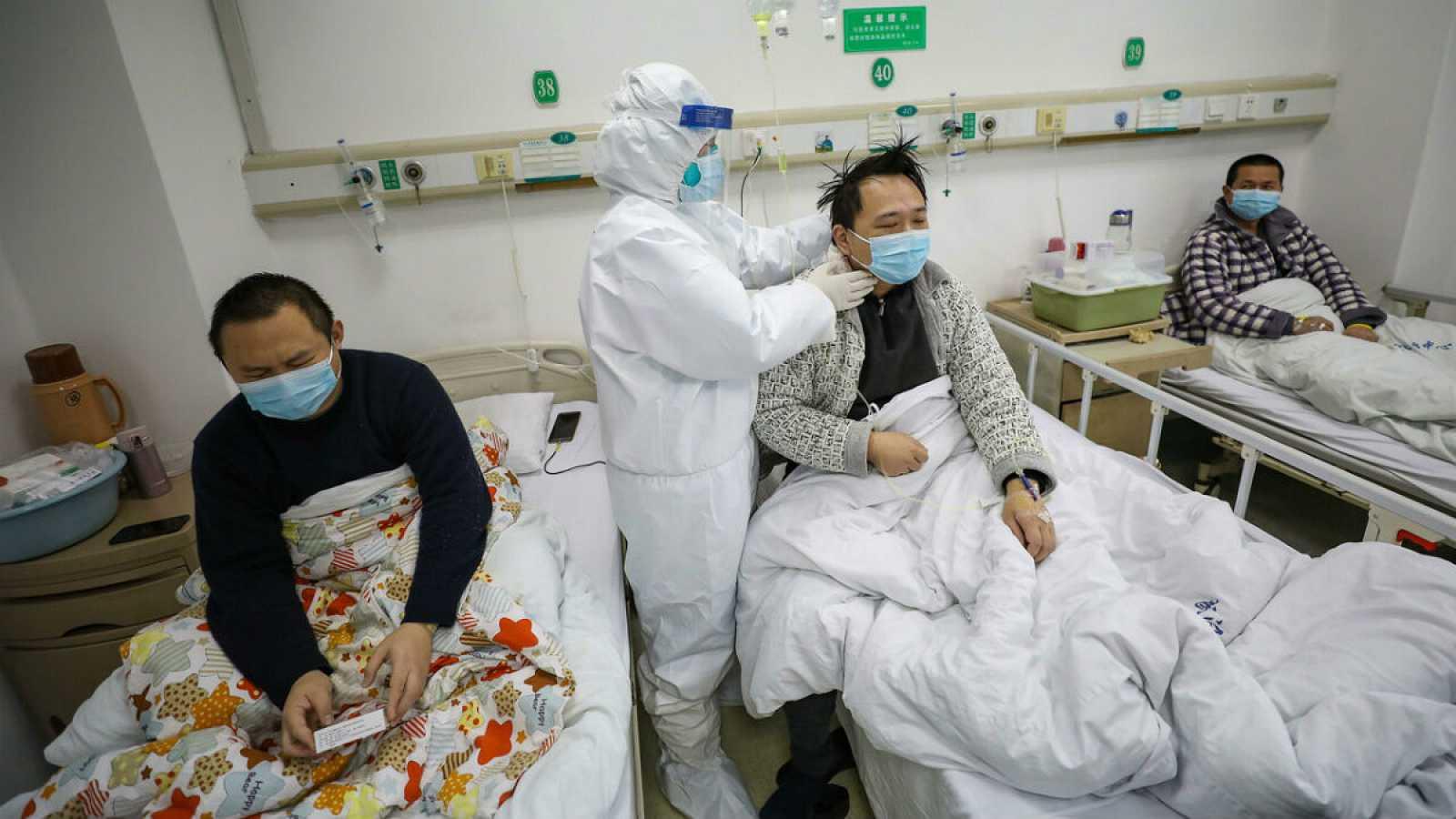 Un médico se encarga de comprobar el estado de un hombre en una camilla, afectado por el Covid-19.