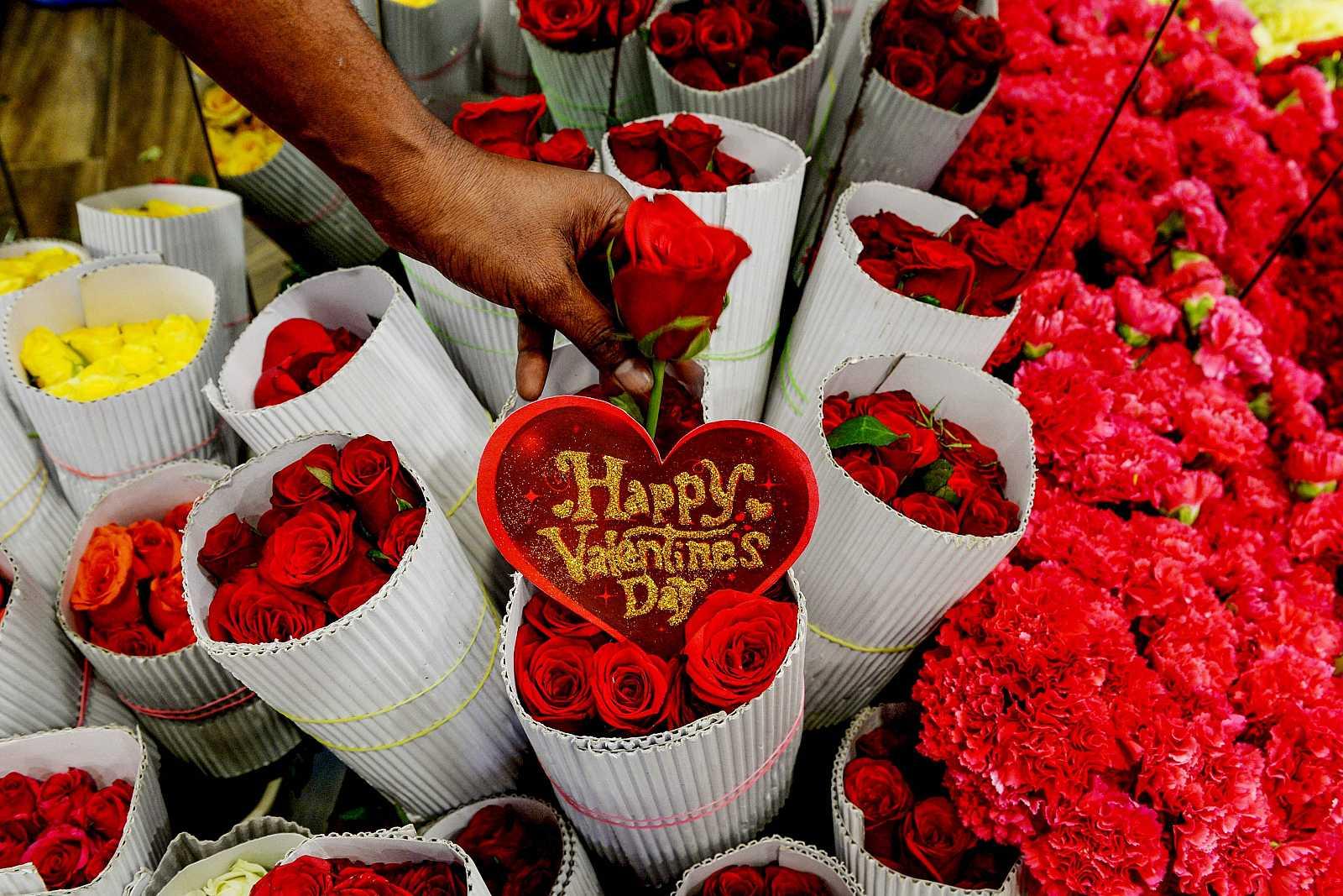 Una floristería llena de rosas rojas por el día de San Valentín