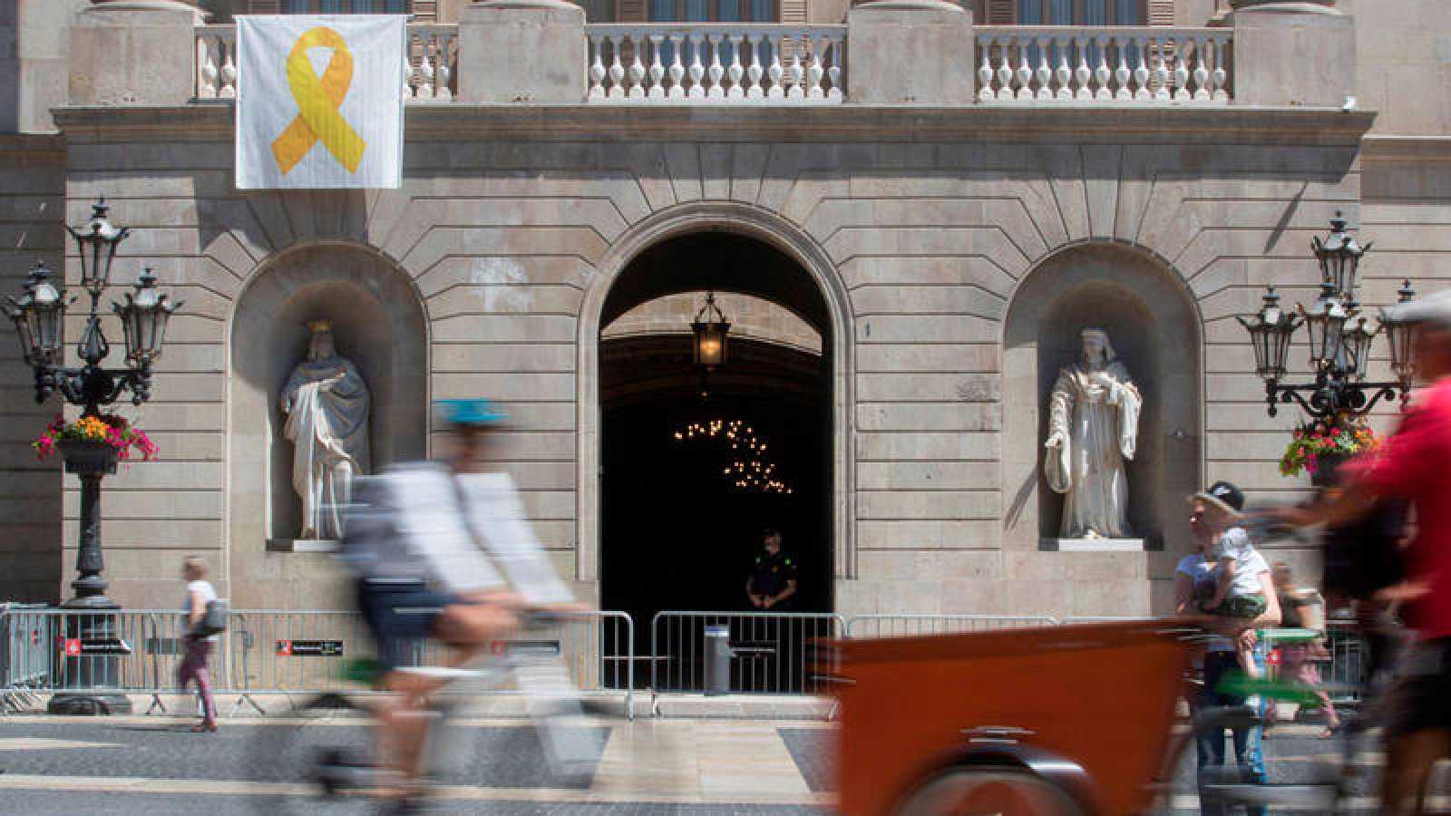 El lazo amarillo en la fachada del Ayuntamiento de Barcelona (17/06/2019)