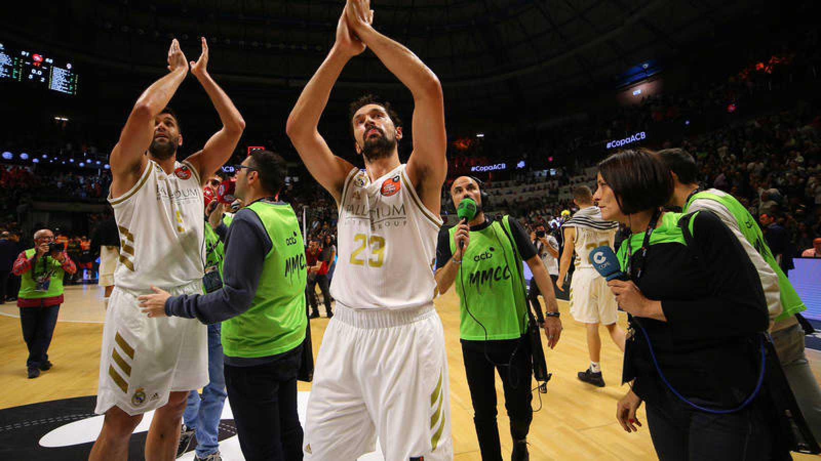 Felipe Reyes y Sergio Llull celebran la victoria ante el Valencia Basket.