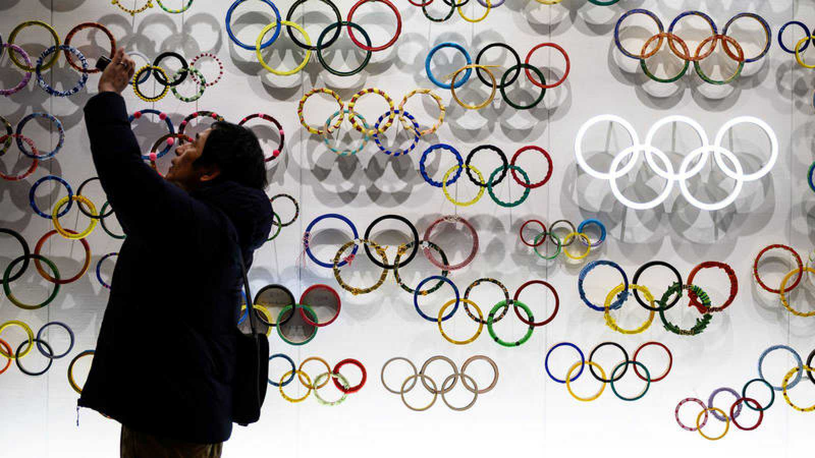 Un hombre saca una foto en el museo olímpico de Japón