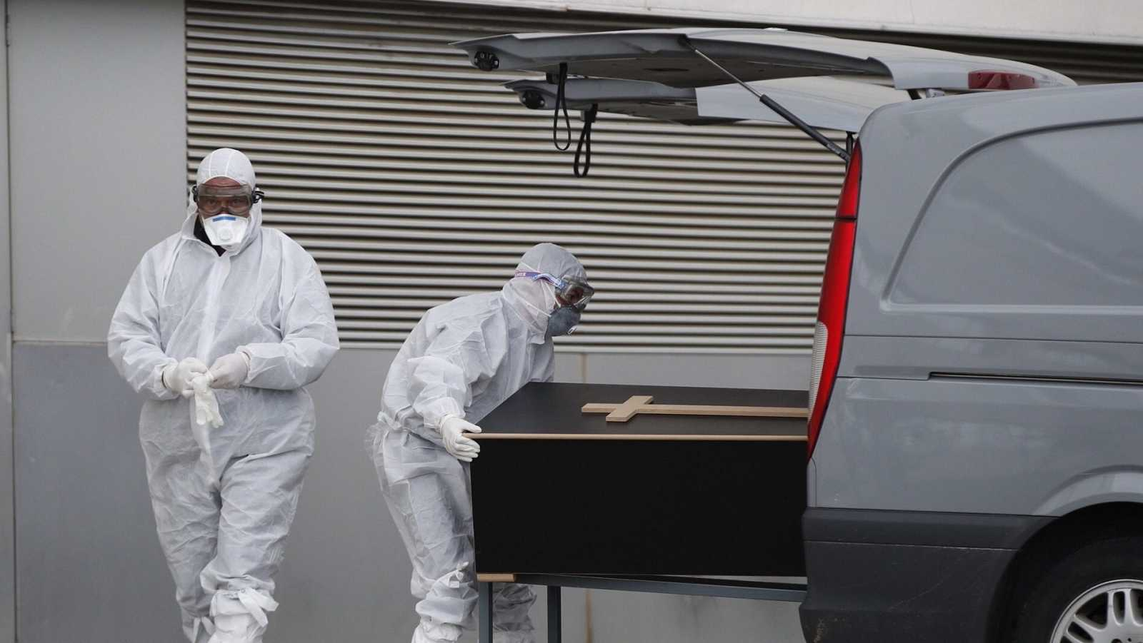 Personal de los servicios judiciales sacan ataúdes del mortuorio del Hospital de Mataró (Barcelona)