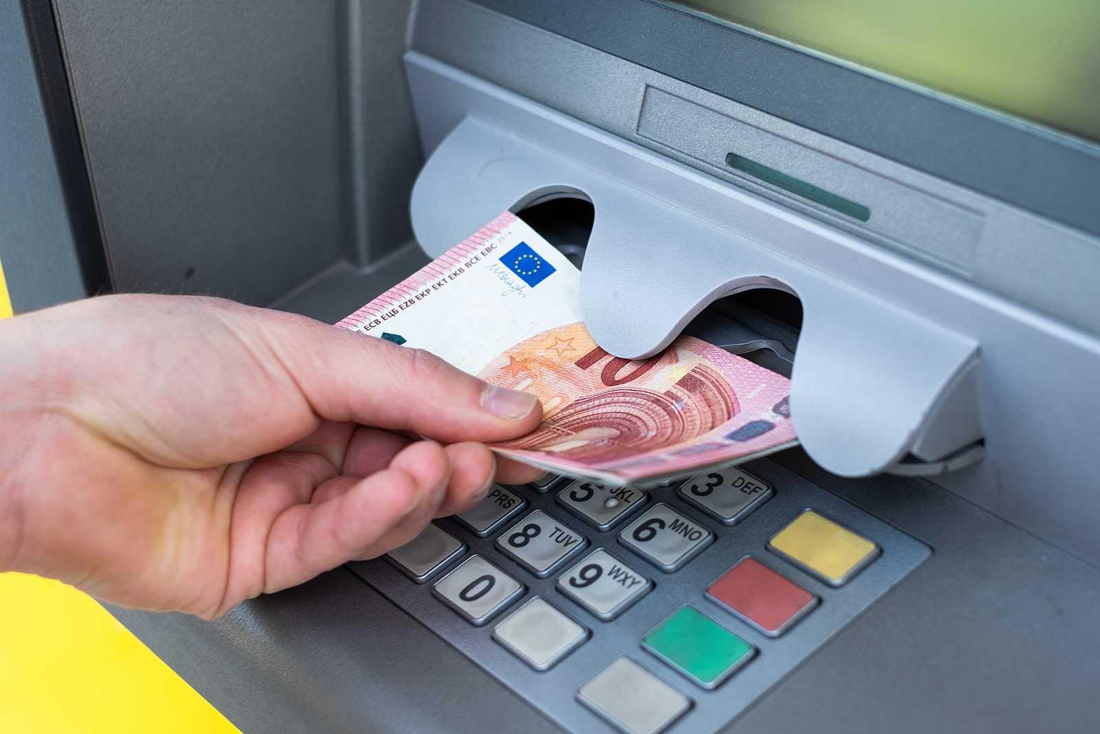 Una decena de bancos no cobrarán comisión por retirar dinero de cualquier cajero durante el estado de alarma