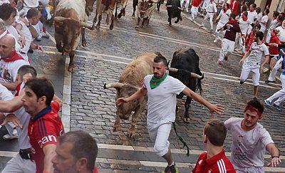 Un corredor en la calle Estafeta donde uno de los toros se ha adelantado dando oportunidades a los mozos para lucirse