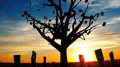 Árbol de hierro de 8 metros de altura cuyas hojas son sobres de los que caen textos, de Ignacio Asenjo Salcedo, en El Oso, Ávila