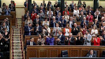 El líder del PSOE, Pedro Sánchez, recibe el aplauso de su grupo parlamentario en el Congreso de los Diputados