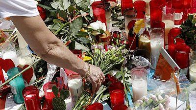 Flores y velas depositadas en memoria de las víctimas de los atentados de Barcelona.