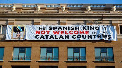 Una pancarta contra el rey Felipe VI de España se exhibe en Barcelona.
