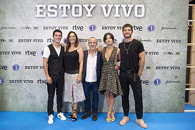 Los actores de 'Estoy vivo' durante la presentación de la segunda temporada en el FesTVal de Vitoria