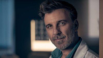 Armando del río interpreta al Dr. Merino en Centro médico