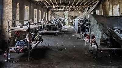 Refugiados y migrantes cobijados en un edificio en ruinas en Bihac, en la frontera entre Bosnia y Croacia