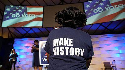 Una mujer atiende un mitin de la demócrata Stacey Abrams