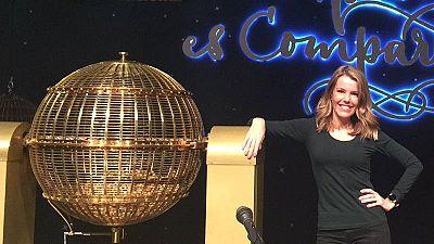 Ana Belén Roy con uno de los bombos de la Lotería de Navidad