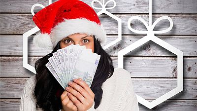 Una joven se tapa la cara con dinero