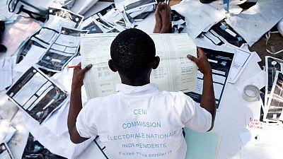 Un representante de la Comisión Electoral Nacional Independiente, CENI, examina el material electoral tras los comicios del domingo.