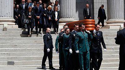 Policías y guardia civiles sacaron a hombrosel féretro de Rubalcabadel Congreso de los Diputados