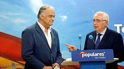 El presidente de Melilla, Juan José Imbroda (d), junto al eurodiputado popular Esteban González Pons.