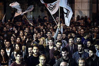 Estudiantes durante la protesta antiausteridad celebrada este viernes ante el Parlamento de Grecia.