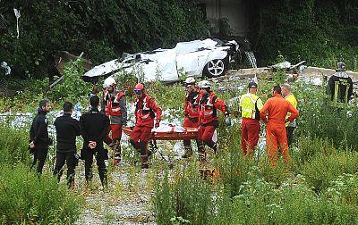 Los servicios de rescate evacúan a una de las víctimas del puente Morandi
