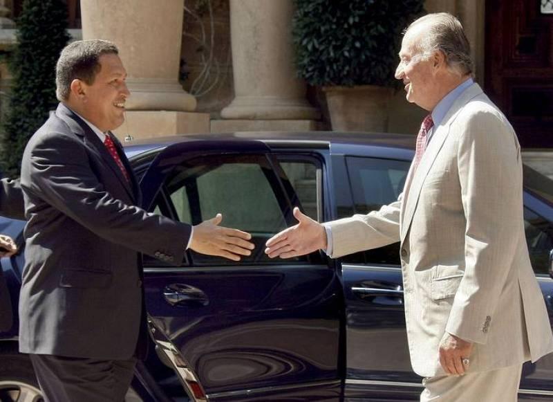 El rey Juan Carlos saluda y el presidente de presidente venezolano, Hugo Chávez  se disponen a estrecharse la mano a las puertas del Palacio de Marivent de Palma de Mallorca, donde el monarca ha recibido en audiencia al presidente de Venezuela.