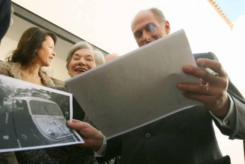 Los benefactores del Museo Picasso de Málaga, su nuera Christine Ruiz Picasso (centro) y su nieto Bernard Ruiz-Picasso (R), durante una exposición en Málaga