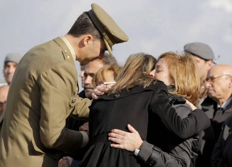 Los Príncipes de Asturias consuelan a las viudas de los dos militares fallecidos en el atentado de Afganistán.