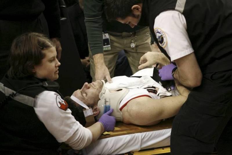 Rudy Fernández es atendido por los servicios sanitarios tras sufrir una entrada dura con falta intencional del escolta de los Angeles Lakers Trevor Ariza.