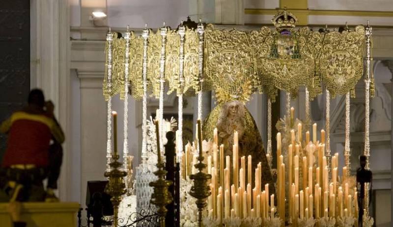 """Salida de la Virgen de la Macarena de la Basílica, la primera de las seis cofradías que procesionan en la """"Madrugá""""."""