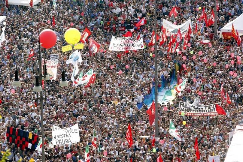 MÁS DE CIEN MIL PERSONAS PROTESTAN CONTRA BERLUSCONI Y POR LIBERTAD DE PRENSA