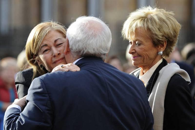 El presidente del Principado de Asturias, Vicente Álvarez Areces, consuela a la viuda de Fernández Campo
