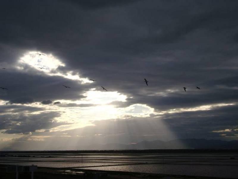 Nubes de tormenta se ciernen sobre el cielo de Santa Pola (Alicante).