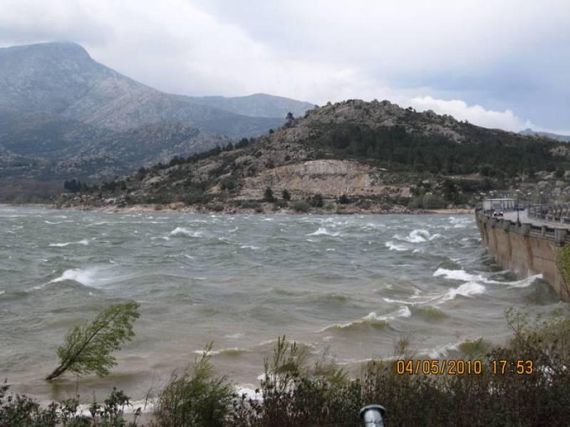 El viento que azota el embalse de Navacerrada hace que estas aguas parezcan un mar con oleaje.