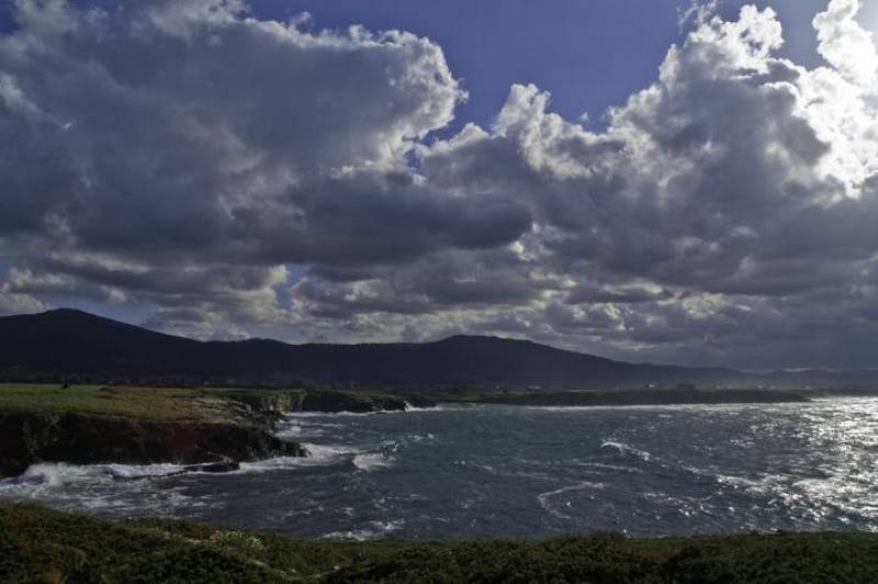 Fuerte viento y nubes tormentosas en la Ría de Ribadeo a su paso por la localidad de Barreiros (Lugo).