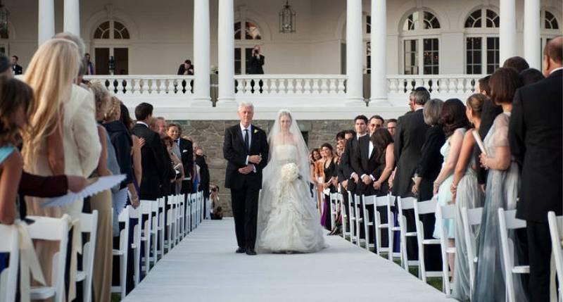 Bill Clinton lleva hasta el altar a su única hija.