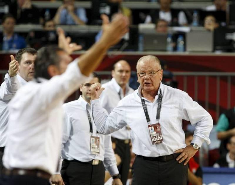 El entrenador de Serbia, Dusan Ivkovic, (d) ante el entrenador de España, Sergio Scariolo, de España, al que no le salió la estrategia en la última jugada.