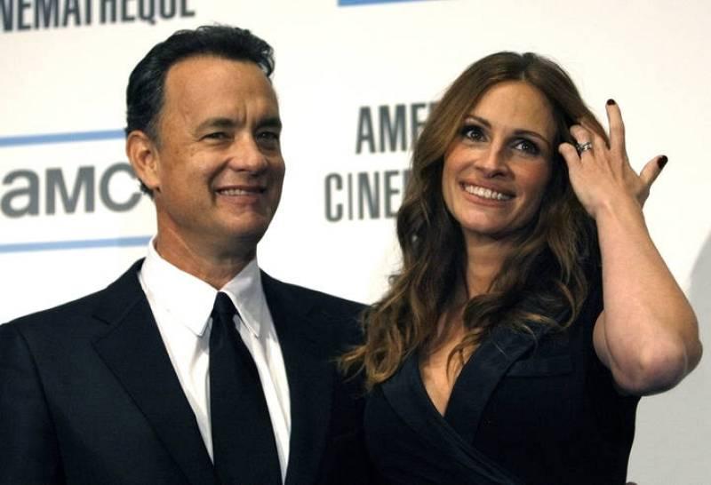 Julia Roberts sonríe junto a Tom Hanks en una entrega de premios en 2007