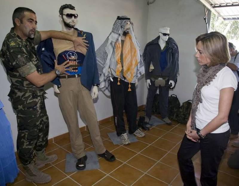 Chacón observa maniquíes representativos de los diferentes perfiles de enemigos suicidas que la Legión se ha encontrado en casos reales.
