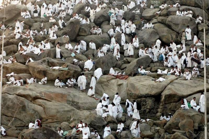 Peregrinos musulmanes realizan el rezo de alba antes de la salida del sol sobre el monte Arafat