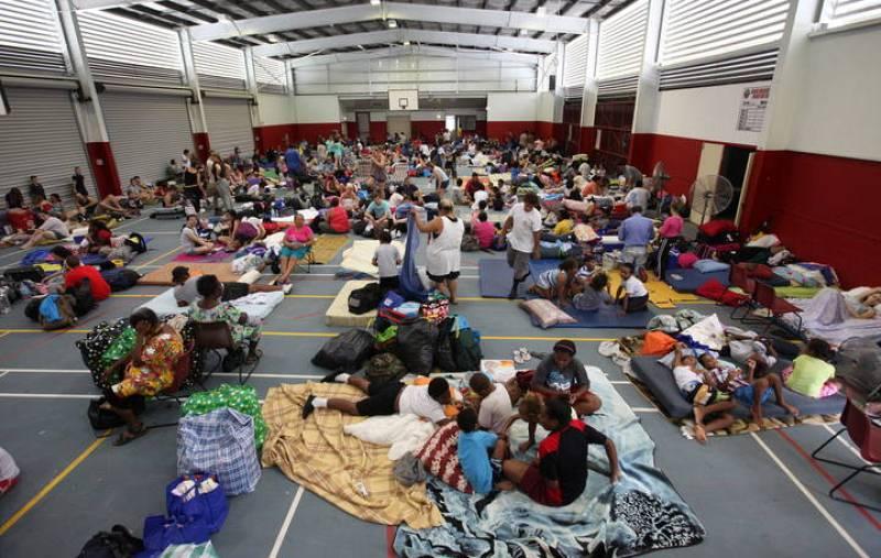 Miles de personas han sido evacuadas a albergues temporales como este del Complejo Deportivo Wooree en Cairns, al noreste del país