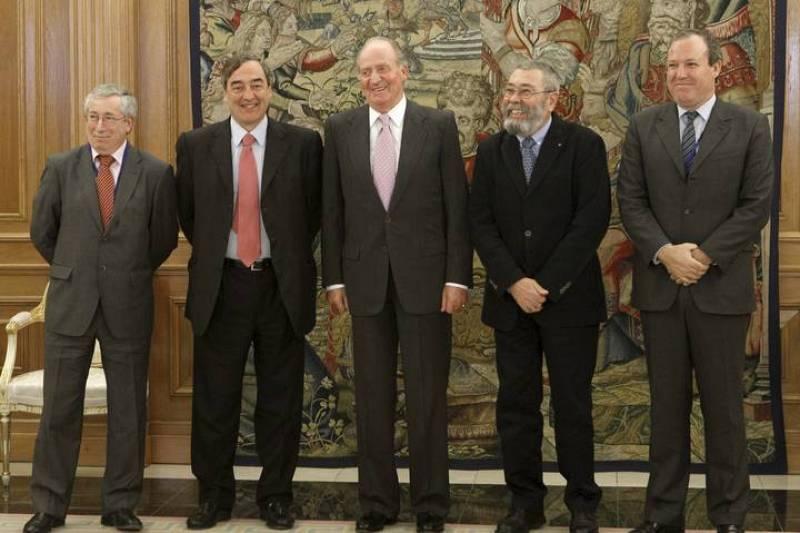 El Rey, junto a los presidentes de CEOE, Juan Rosell, y CEPYME, Jesús María Terciado, y a los secretarios generales de CCOO, Ignacio Fernández Toxo, y UGT, Cándido Méndez, a quienes ha recibido en audiencia en el Palacio de la Zarzuela.