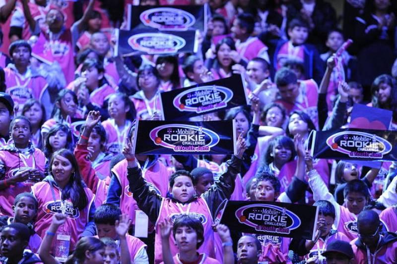 Jóvenes niños asisten al juego de las estrellas de novatos y de segundo año de la NBA.