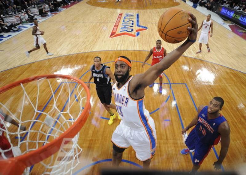El jugador de los Thunder de Oklahoma City James Harden se levanta para clavar el balón frente a la mirada de Greg Monroe de los Pistons de Detroit.