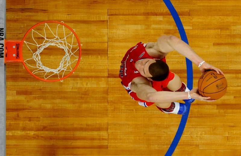 El jugador de Clippers de Los Ángeles Blake Griffin vuela hacia el aro dispuesto a machacarlo.